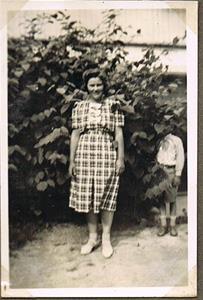 Min fars fästmö, senare fru, således min mor Iris år 1940.