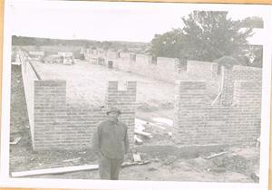 Pappa står framför hönshuset i Näs. Byggdes 1960 001