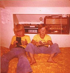 Bröderna Tonny och Roger på mitt rum 1975