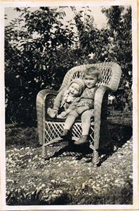 Gun-Gerd och Sune i korgstolen 1944 001