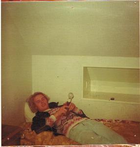 Ksin Leif-Arne på mitt rum. Inga bilder att cesurera på väggarna