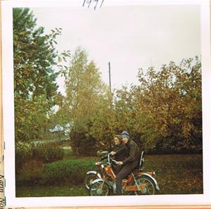 Börje och Sivert på sina moppar 1971
