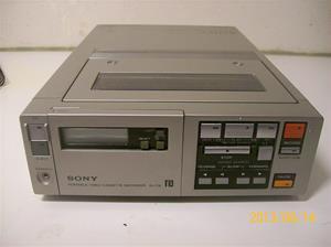 702. Sony Betamax videobandspelare. Portable video cassetterecorder SL-F1E. Nr. 214007. Tillv. år: 1981. 101_0306.