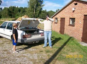 Erik och Emil har packat ur bilen. 100_1270