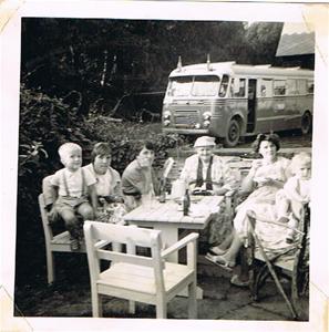 En skön dag vid Björklunda Pensionat 1959.Efter ett härligt dopp i havet smakade det gott med en kopp kaffe 001