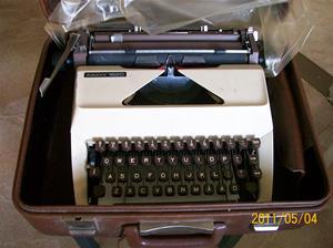 523. Facit, skrivmaskin. Typ: 1620. Nr: ? I maskinen ligger ett papper skrivet av Ann-Sofie Jacobsson Burs. Fotonr: 100_8148