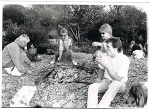 Korvgrillning på Näsudden ca 1990. Patrik i förgrunden