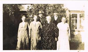 Från vänster Anna från Sigleifs, Teresa och Rudolf Båtelsson, Selma från Amfunds samt min morfar Oscar och mormor Hermanna. Hemma vid Skåls i Näs.