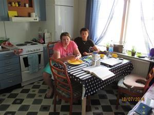 Emil och Isac vid frukostbordet. IMG_0005
