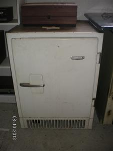 822. Bolinders kylskåp. Tillv.år: 1951 Typ: Absurtionskylskåp. Nr: 5110394. SANY0019