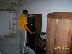 Erik monterar hyllor. 100_1240