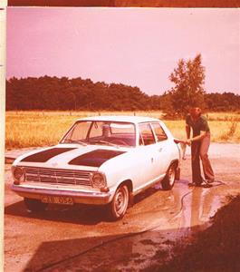 Sivert tvättar sin nya och första bil