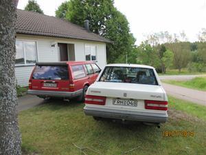 Våra bilar utanför Eriks lägenhet. IMG_0009
