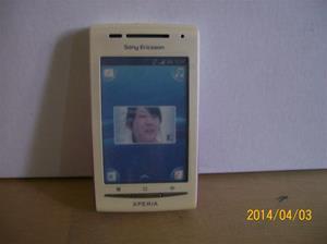 835. Såld. Sony Ericsson X-PERIA.  Fejktelefon för utställning. Denna modell har jag själv dags dato. Köpt av Emil för ca ett år sedan. Fotonr: 101_0575. Fotnot: Vid ett inbrott hos Endrells stals bara fejktelefoner, i tron att det var riktiga. Tji fick tj