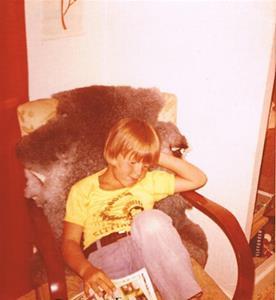 Roger Hansson i fåtöljen på mitt rum.Ca 1975.