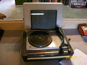 335. Telefunken, grammofon. Typ: Musikus 105v, bärbar. Nr: Stereo-Tonkapsel T22/2 (på högtalare i locket). Fotonr: 100_3707