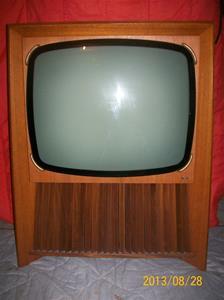 813. AGA hörnTV, 24, typ 4468-9. Nr: 360885. Tillv.år: 1966. Nypris: 1595:-. Ganska svårsåld pga det ca 300:- högre priset än för normal TV. 101_0511