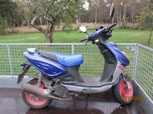 Mopeden pålastad på kärran. Den mopeden har en egen och väldigt speciell historia som för alltid kommer att vara fastetsat i mitt minne. IMG_0328