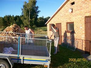Just lastat av radiogrejor som jag haft i vår lägenhet i Rone. På bilden Vallan från Rone (alias Tommy Karlsson) och min son Erik. Utan deras hjälp hade det aldrig funkat att flytta alla grejor. 100_1174