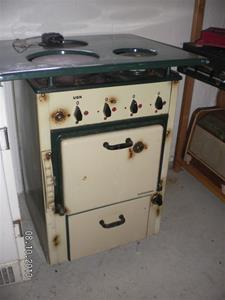 821. Husqvarna Elektrisk spis. Tillv år: 1935. Typ 66TV. Nr: 6385. Lägg märke till ugntemp.regleringen, spak till vänster.  SANY0018