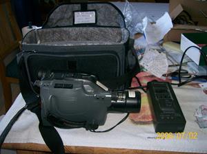 111. Panasonic videokamera. Typ: NV-G1E. Nummer: L1HA 016 30. Tillv. år: 1992. Inkl. laddare och väska. Fotonr: 100_1213. Inlagt på webben 2014-06-04.