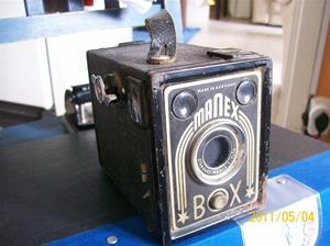 522. Manex, lådkamera. Typ: Fix-Fokus, 120-rullfilm, bildstorlek 6x9cm. Tillv. ca 1950 Tyskland. Kameran finns även med namnet Eldorado-Box, källa: http//www.samlarkameror.com. Fotonr: 100_8146