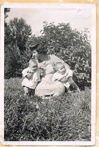 Mor Iris med Anna-Stina och Inga-Maj i trädgården på Näs 001