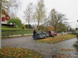 Dagen efter ankomst till Erik. Vi lastar av dubbdäcken som Maria och jag hade med oss från Gotland. IMG_0339