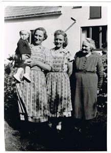 Från vänster: Ingrid, Ingrids mormor Gunhild, Ingrids mor Greta och min mormor vid Nordlings år 1952.