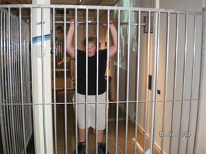 Emil sitter (står) bakom galler.SANY0064
