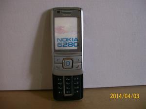 834. Såld. Nokia. Typ: 6280.  Fejktelefon för utställning. Fotonr: 101_0574. Fotnot: Vid ett inbrott hos Endrells stals bara fejktelefoner, i tron att det var riktiga. Tji fick tjyven.