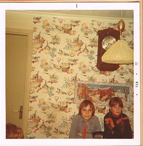 Bitte och jag på mitt kalas i köket på Näs 1972