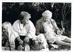 Mor Iris och moster Svea. Korvgrillning vid Näsudden ca 1990. Får be om hjälp med namnet på tjejen till vänster.