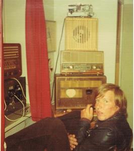 Min bror Sivert sitter och pratar i telefon via min anläggning