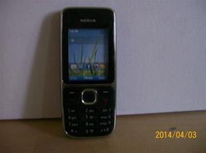 836. Såld. Nokia. Typ: C2-01.  Fejktelefon för utställning. Fotonr: 101_0576. Fotnot: Vid ett inbrott hos Endrells stals bara fejktelefoner, i tron att det var riktiga. Tji fick tjyven.