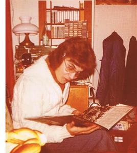 Lasse studerar ett av mina vinylalbum. Troligen 1976