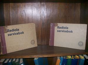 655.  Sålda. Radiola, servicebok ( 2 stycken). År 1929. Nr: F-12102. 1300. 342. Tillv.land: Sverige. Böckerna är tyvärr lite maskätna. Fotonr: 100_9648.