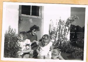 Mor Iris, Anne-Marie, Anna-Stina, Inga-Maj på tvättstugetrappen 001