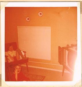 Två barn kollar på Tv