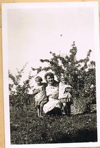 Mor Iris med tvillingarna, trädgården i Näs 001