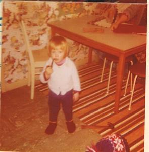 Min brorson Henrik Jacobsson (Stenmuseet i Kättelvik) röker pipa i köket hemma på Näs