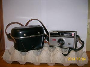 885. Såld. Kodak, kamera. Typ: Instamatic 100. Nummer: DD 211 (kamera) KFC17 (lucka). Fotonummer: 101_0658.