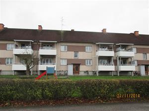 Här bodde vi när vi flyttade till Katrineholm. Fönstret och balkongen till vänster om dörren. IMG_0638