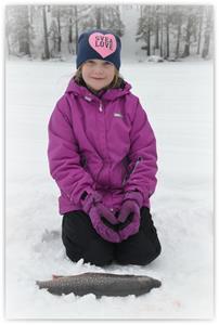 Amanda Asplund 10 år Timrå fick en stor fisk, hon vill tillägga att pappa som är 40 år, fick ingen fisk.