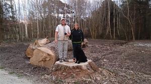 Peja, Maria och Loke på stubben av ett nersågat träd på Almungsvägen, 2015 04 23. DSC_0173
