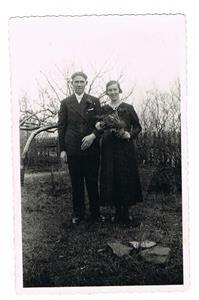 19.Helge Cederlund (min mor Iris bror) och hans fru Ragnhild. På Lingstomten i Näs.
