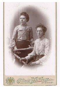 32. Bertha och Theresa Cederlund. Theresa, senare gift med Rudolf Båtelsson.
