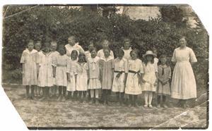 6.Enligt min mor Iris är detta en söndagskolklass. Men jag tror nästan det är någon skolklass, dock bara flickor.
