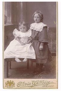 30. Helga och Asta. De avled när de var små. Mamman var Oskar Cederlunds syster Manda. De bodde innför Visby ringmur.