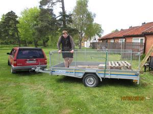 Hämtning av cementplattor vid vår granne Geert. Han skall bygga trädäck så vi tog hand om dom gamla plattorna. Emil på flaket. IMG_1642